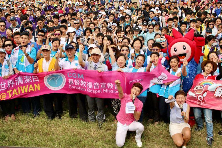 世界環境清潔日1500人淨灘 新竹大遠百等19個團體守護海岸環境